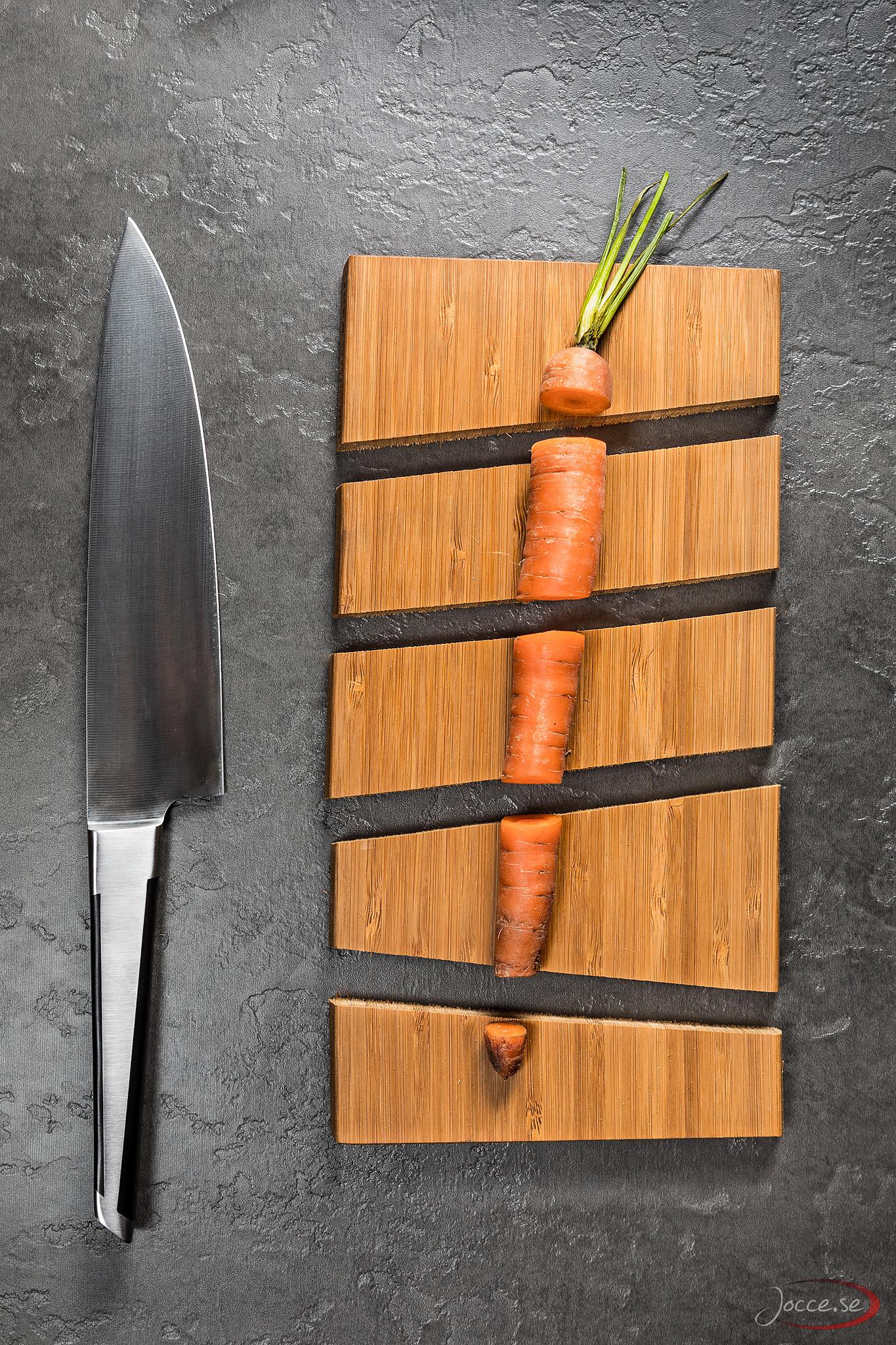 Morot på skärbräda med kniv